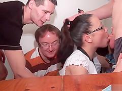 La jeune et jolie Candice prise dans un GangBang